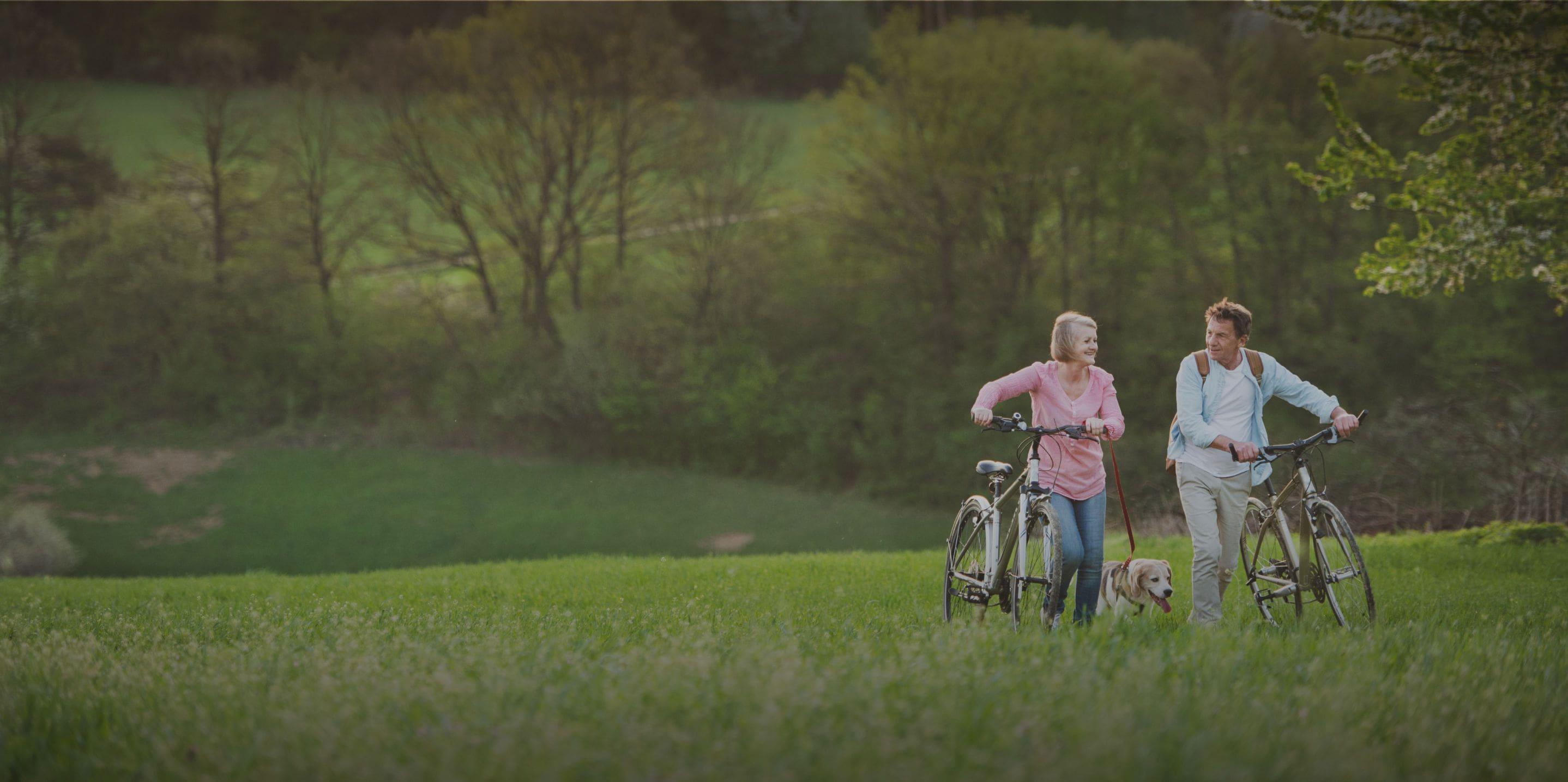 Zufriedene Fahrradfahrer in der Natur